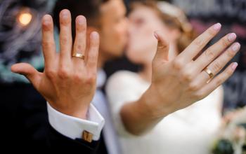 Złote obrączki ślubne. Klasyczne czy nowoczesne, z grawerem czy bez